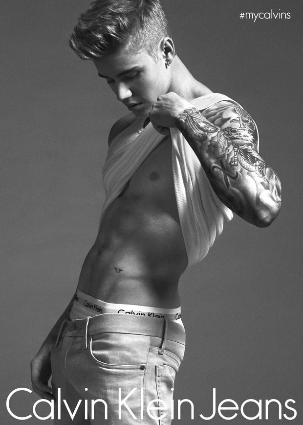 Justin-bieber usando jeans