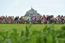 Tour de France 2016 - 02/07/2016 - Etape 1 - Mont-Saint-Michel / Utah Beach Sainte-Marie-Du-Mont (188km) - Le peloton s'élance du Mont-Saint-Michel