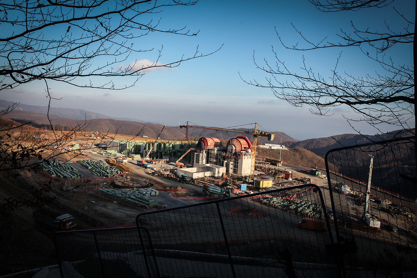 For locals, the scandal involving the Skouries mine, located some 115 km from Thessaloniki, embodies the political, economic and moral crises that drove the nation to bankruptcy. By 2010, with the government's acquiescence, Hellas Gold (an Eldorado Gold affiliate) launched an open-air gold mine on the northern side of the Chalkidiki Peninsula. The mine is just 2.5 km away from the closest village, and operates in complete contempt of all local environmental regulations.