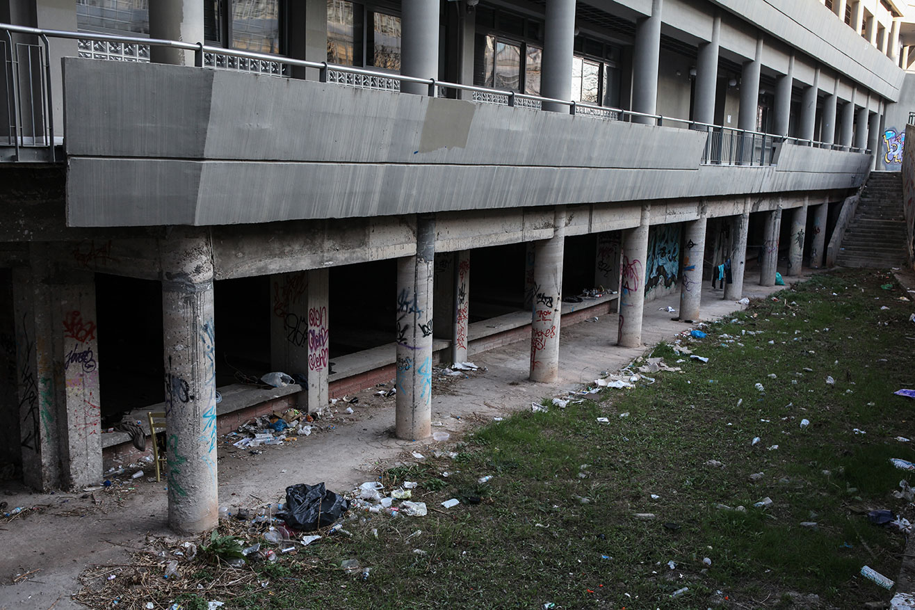 Drastic budgetary cuts are visible everywhere on the campus: lack of maintenance of the  premises and the green areas, vandalism, graffiti, and the accumulation of trash. In recent   years, squatters have occupied the basement of the School of Engineering.