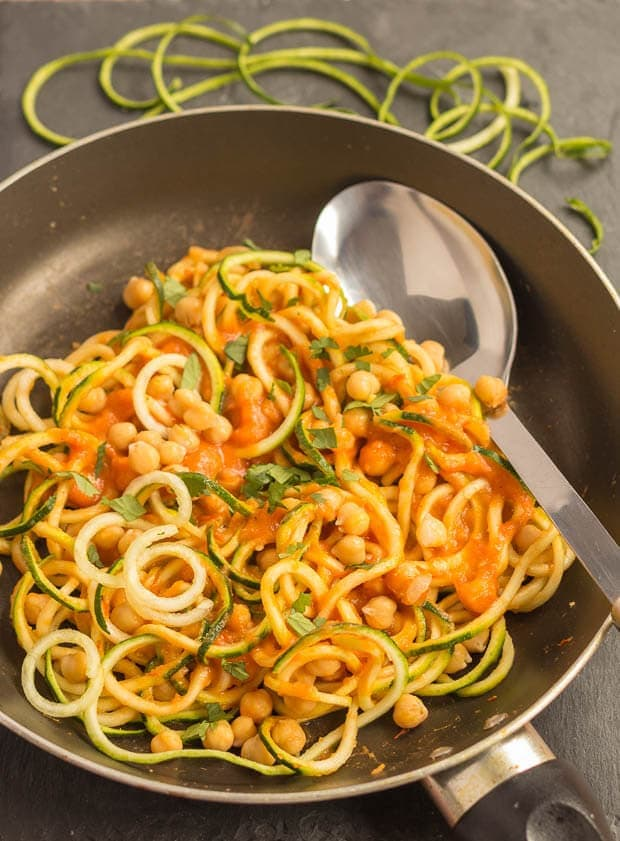 This spiralized courgette spaghetti with chickpeas is not only healthy ...
