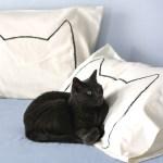 猫と一緒にお昼寝したくなる、猫シルエットの枕カバー