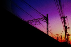 電線と線路沿いの夕景