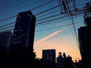 【高解像度】夕焼けと飛行機雲の跡