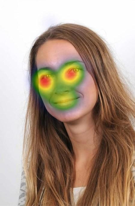 Foto del investigador con un mapa de la cabeza superpuesta para mostrar las áreas de la cara de personas se concentran en la mayoría.