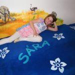 Sára a virágos ágytakaróval