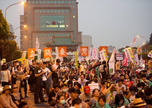 越來越多的人在集會遊行時,高舉台灣要獨立的旗幟。 圖片來源:民報