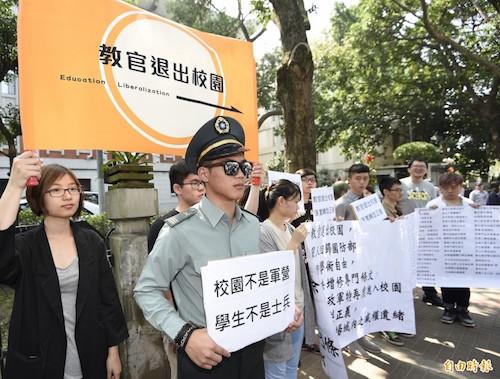 學校校園中有「教官」的軍職角色,是國外罕見的。 圖片來源:姜朝鳳宗族