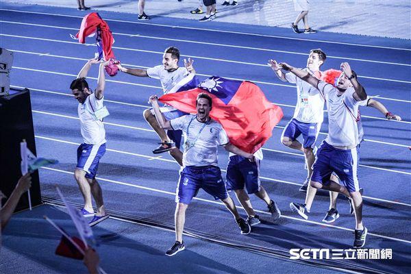 阿根廷選手在世大運閉幕式帶我國旗進場。 圖片來源:三立新聞