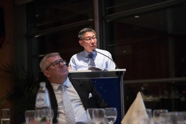 柯文哲在歐洲議會演講時,提出台北價值。 圖片來源:自由時報
