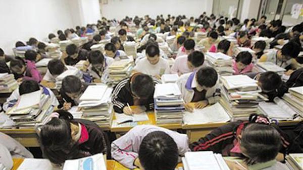 教育現場仍舊是老師講學生聽。 圖片來源:環球網