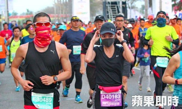 高雄在空污紅害狀況下辦馬拉松,跑者戴口罩當人肉空氣清淨機。 圖片來源:蘋果日報