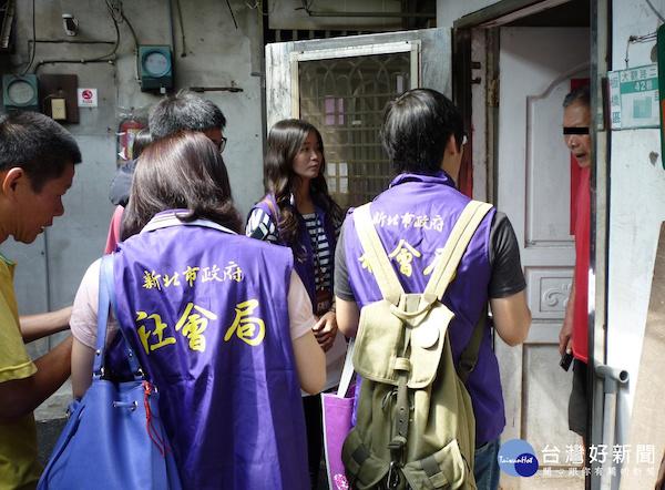 社工訪視需要協助的民眾。 圖片來源:台灣好新聞