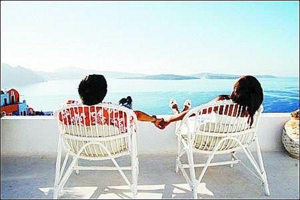 貴婦與新歡出國旅行。 圖片來源:衛州新聞