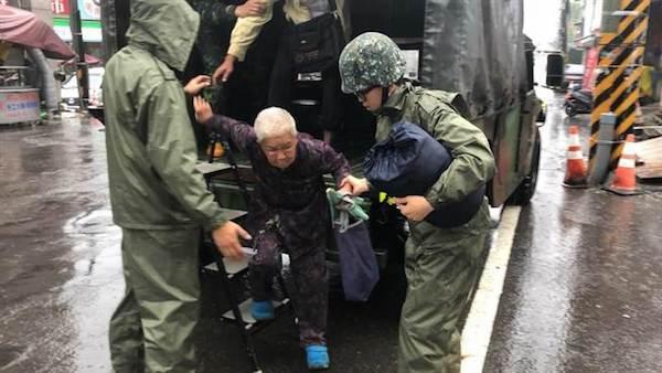 協助救災工作已成國軍日常。 圖片來源:中時電子報