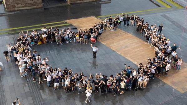 柯文哲與粉絲見面互動。 圖片來源:民視