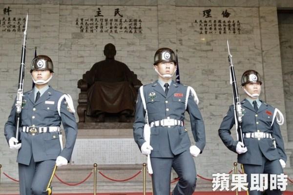 中正紀念堂與蔣介石銅像代表過去的威權。 圖片來源:蘋果日報