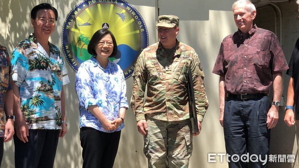 蔡英文與美國夏威夷國民兵司令合照。 圖片來源:搜狐