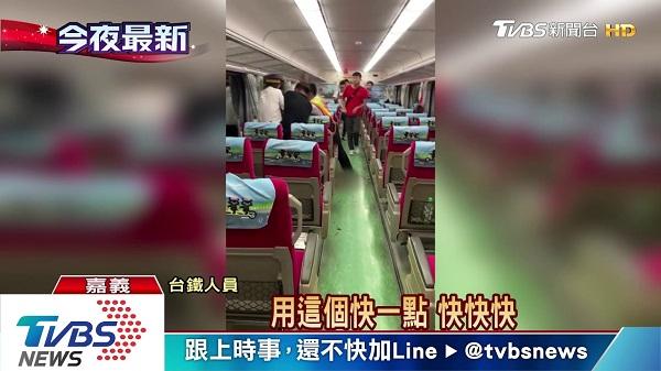 台鐵刺警案現場,民眾持手機錄影。 圖片來源:TVBS