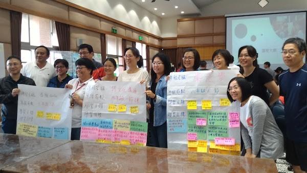 老師們為課程耗費時間做便利貼研習。 圖片來源:宜蘭縣教育支援平台