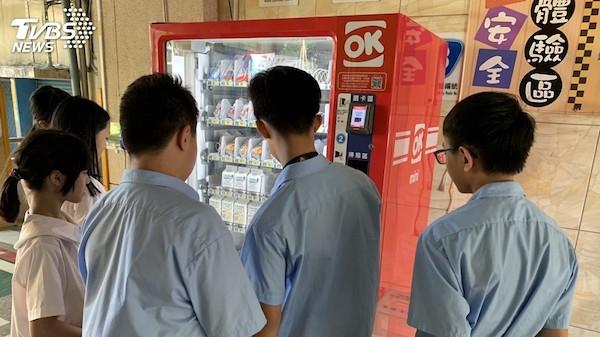 柯文哲要強推只接受電子支付的自動販賣機進校園。 圖片來源:TVBS