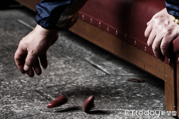 澎湖議會有議員要用擲筊決定媽祖園區事宜。 圖片來源:東森新聞