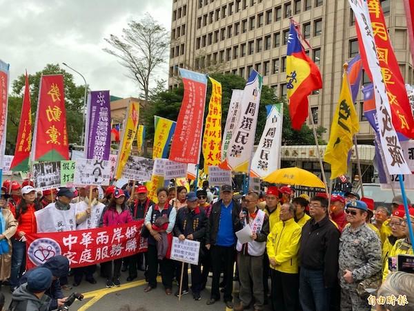 反滲透法三讀前,在立法院外抗議的團體。 圖片來源:自由時報