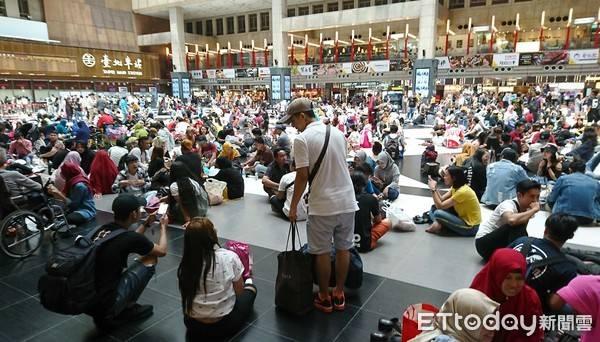 台北車站大廳「禁坐令」引網友糾眾坐爆。 圖片來源:ETToday