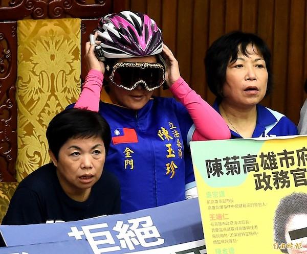 國民黨立委陳玉珍死守主席台造型奇特。 圖片來源:自由時報