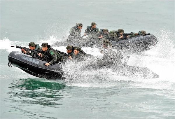 陸戰隊在演習中發生膠舟翻覆意外。 圖片來源:自由時報