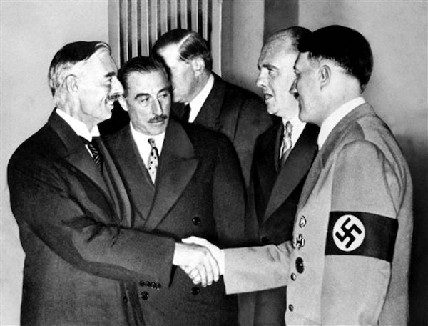 前英國首相張伯倫與希特勒簽訂和平協定。 圖片來源:aboluowang