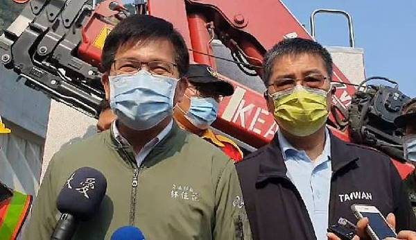 交通部長林佳龍說承擔太魯閣號出軌意外的政治責任。 圖片來源:自由時報
