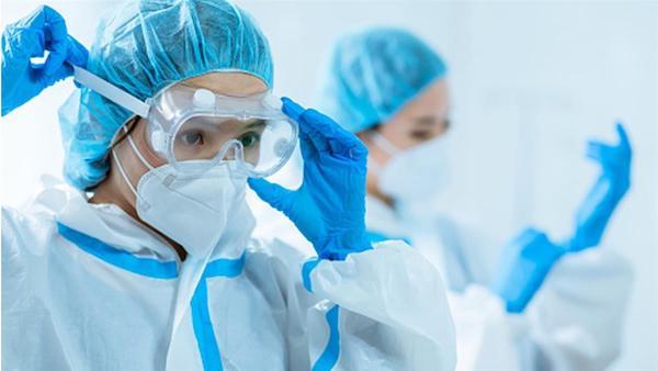 醫護人員在疫情下要「相忍為國」、「面臨崩潰」的窘境。 圖片來源:東森新聞