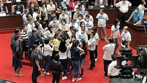 國民黨戰鬥藍在立法院一息尚存。 圖片來源: Hinet生活誌