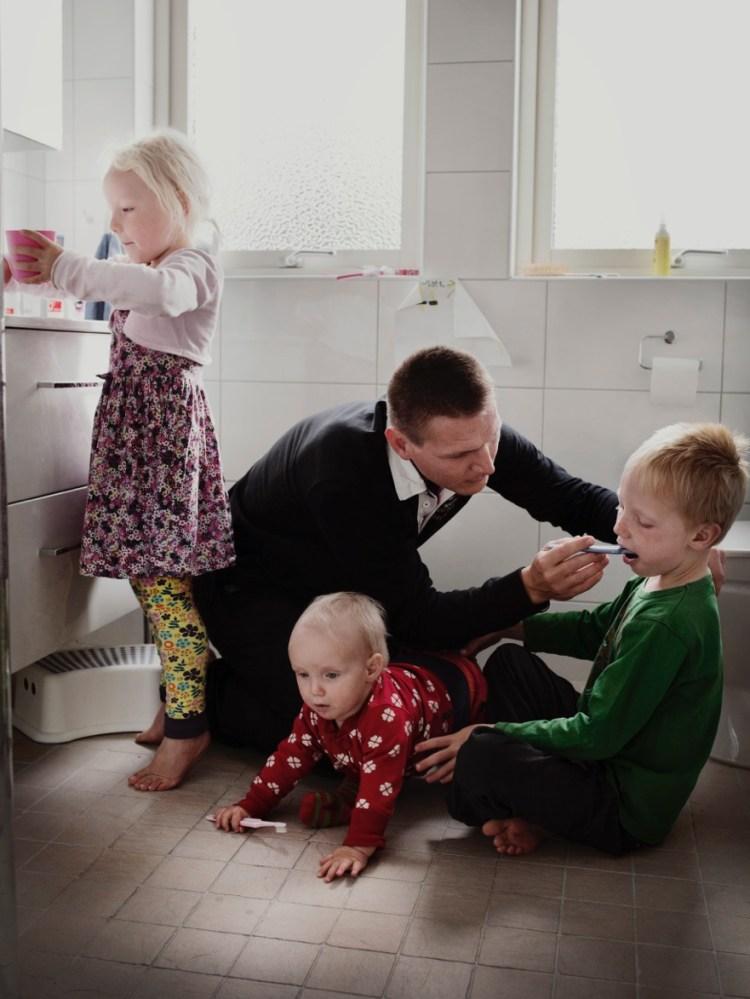 Machen auch in ihrer Elternzeit eine gute Figur - zumindest für Fotoshootings: Väter in Schweden (Foto: Johan Bävman)