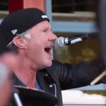"Chad Smith trommelt ""Can't Stop"" mit Schülern"