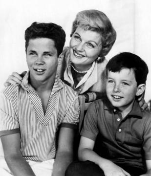 Tony_Dow_Barbara_Billingsley_Jerry_Mathers_Leave_It_to_Beaver_1959