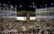 حاج بلا اقدام يطوف على يد واحدة في مكة (فيديو)