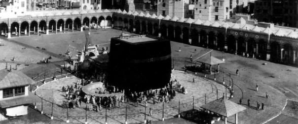 (GERMANY OUT) KA'BA AT MECCA. /nThe sacred shrine of Islam in the courtyard of Masjid al-Haram (Sacred Mosque) at Mecca, Saudi Arabia. Photograph, 1927. (Photo by ullstein bild/ullstein bild via Getty Images)