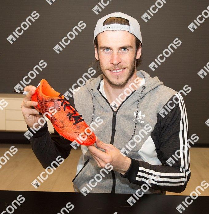 ICGBSB5-Gareth-Bale-Signed-adidas-F50-adizero-FG-RIGHT-HOLDING