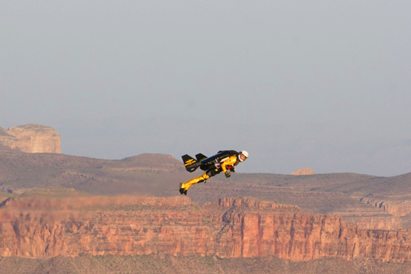"""الرجل الطائر """"إيف روسي"""" مُحلقاً فوق جراند كانيون في أريزونا"""
