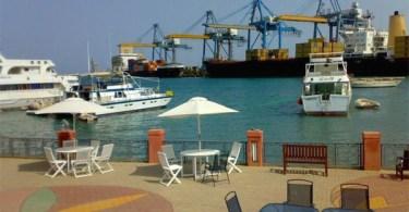 جلسة بالقرب من ميناء بورتسودان العامر بالحركة