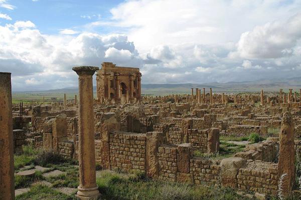 """شُيد """"قوس تراجان"""" في القرن الثاني الميلادي تخليداً لانتصارات تراجان"""