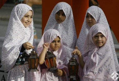 فتيات لبنانيات بالفوانيس التقليدية