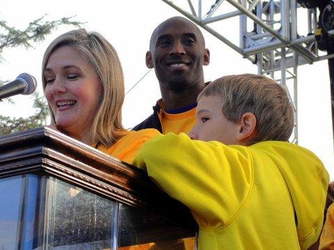 Kobe Bryant (center), standing next to Elise Buik of the United Way of Greater Los Angeles, help lead more than 13,000 in the walk against homelessness. Photo: Dennis J. Freeman/News4usonline.com