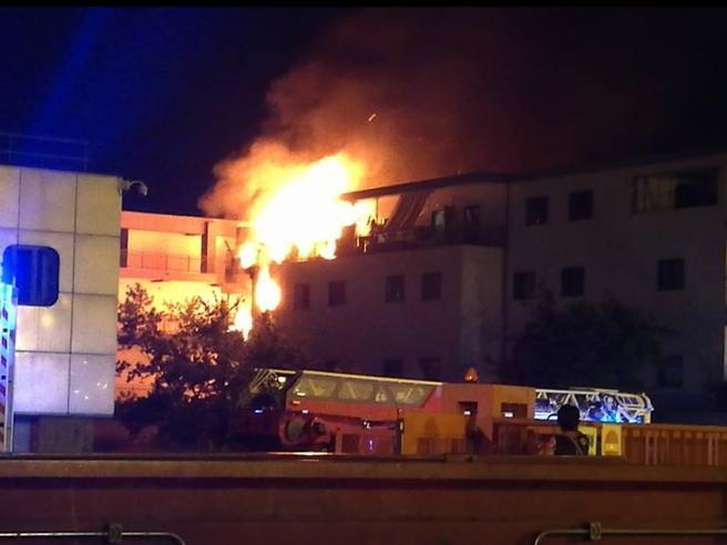 Roma, incendio in una palazzina sulla Tuscolana: decine di persone in fuga