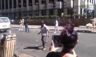 XENOPHOBIC ATTACK: Foreigner fight back in Johannesburg (VIDEO)