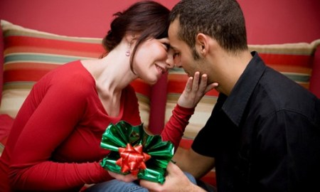 Couple-Giving-Christmas-Gifts