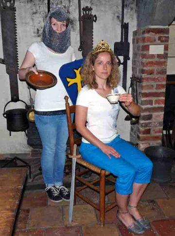 Anna Arens und Christina Wulf vom Jugend- und Familienbüro freuen sich auf viele neugierige Kids, die sich auf Spurensuche an Rittertafeln und Königsbanketten begeben.Stadt Lippstadt