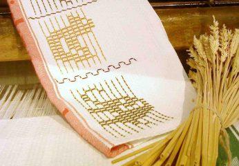 Tischdecke mit Gerstenkorn-Stickerei. Foto: LWL